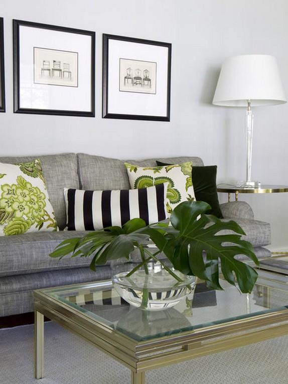 серый диван и зеленые подушки