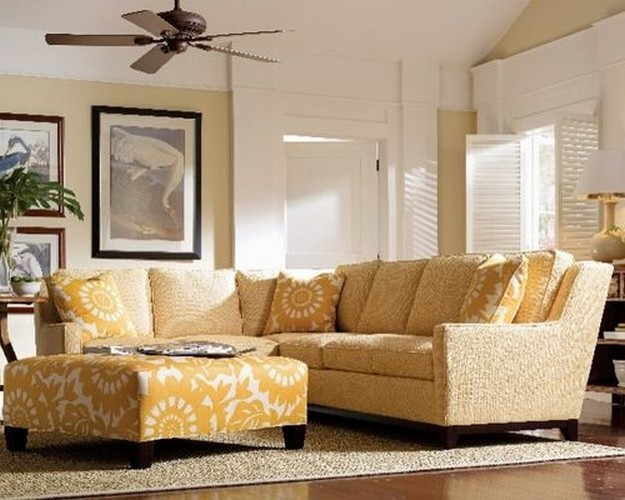 желтый диван под белые стены