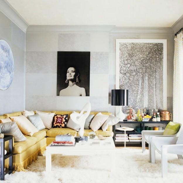 желтый диван в белой гостиной