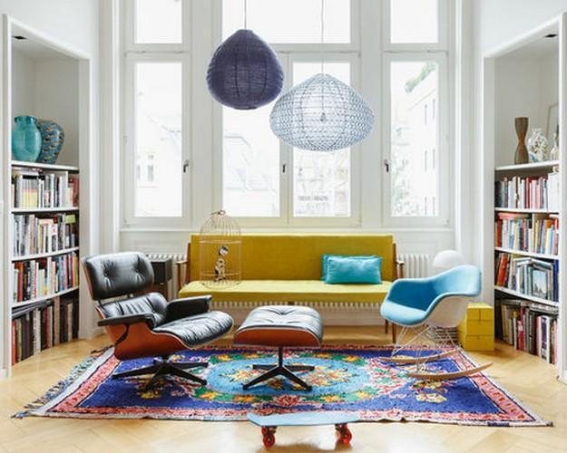 желтиый диван и ковер синей расцветки