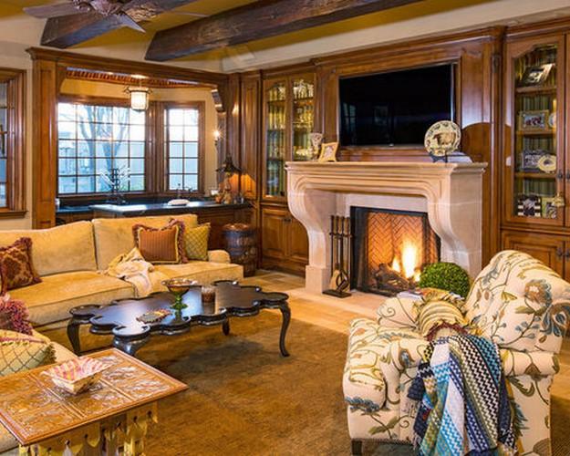желтый диван в деревенском интерьере