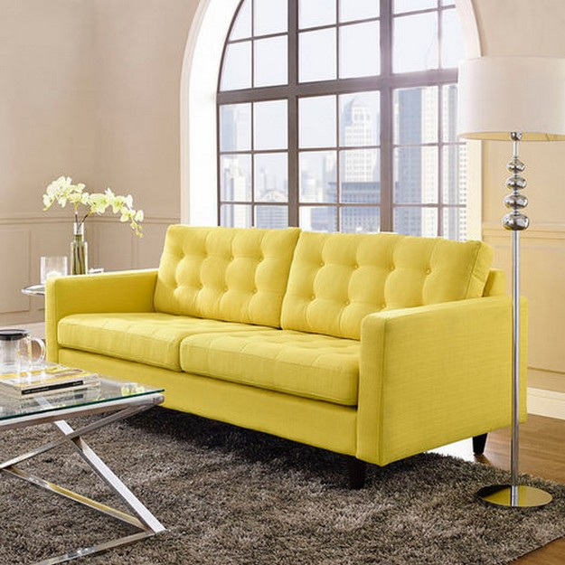 желтый диван на сером ковре