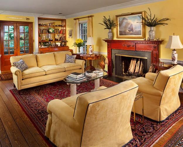 желтый диван в классической гостиной