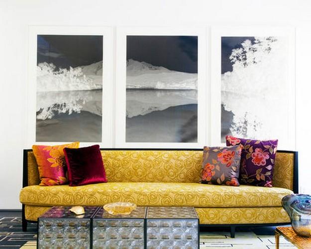 желтый диван и фиолетовые подушки
