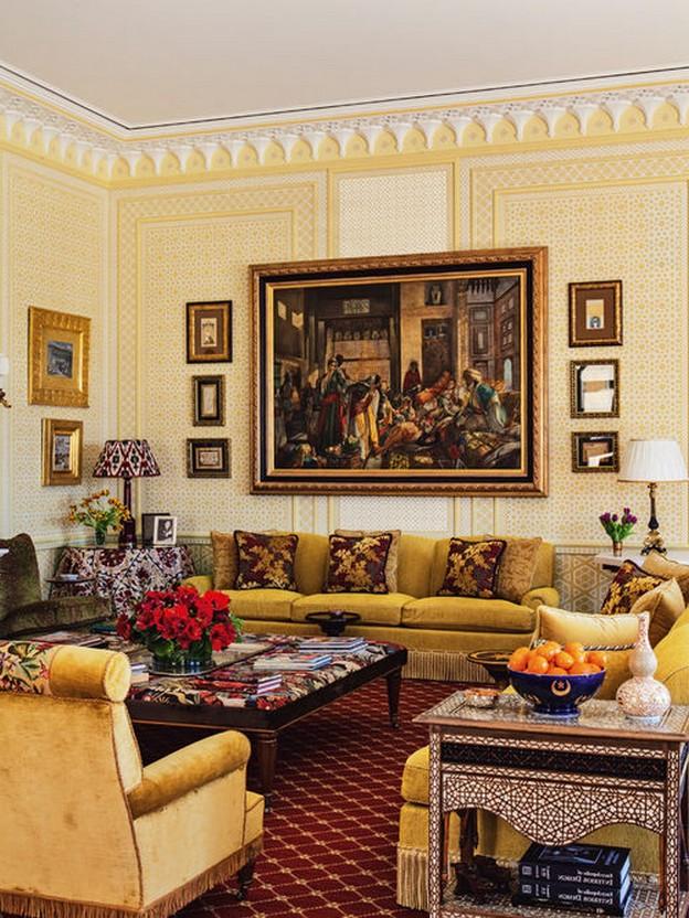 желтый диван в гостиной в английском стиле
