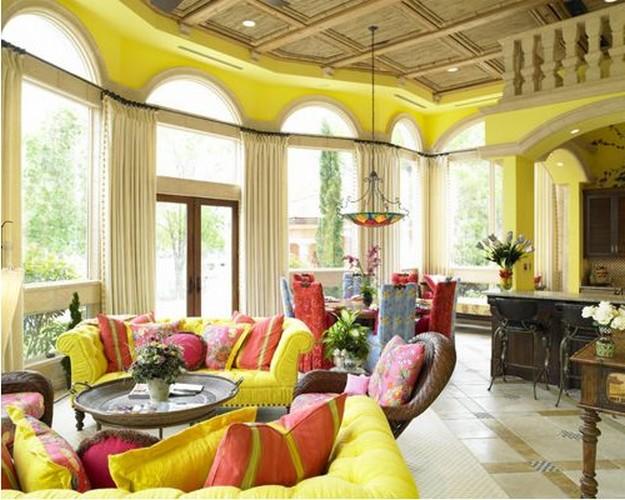желтый диван с красными подушками