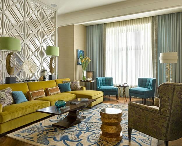 желтый диван и голубые шторы