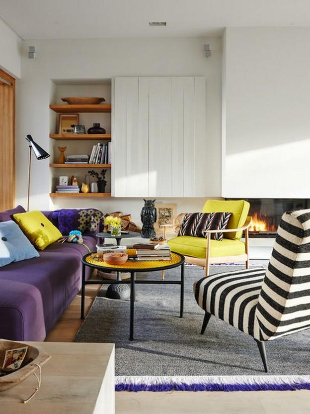 фиолтеовый диван с желтым креслом