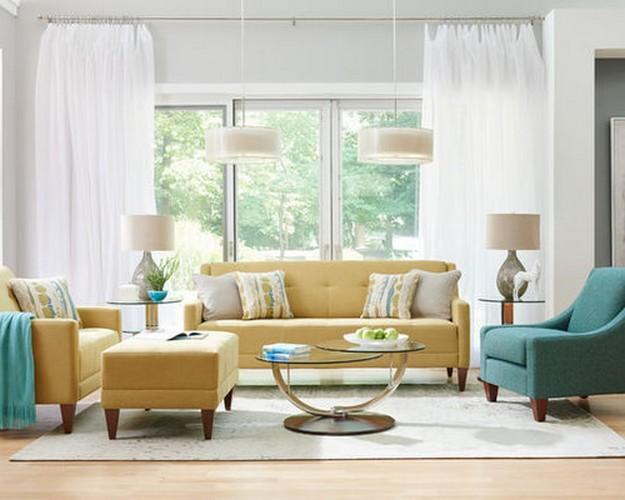 желтый диван и голубое кресло