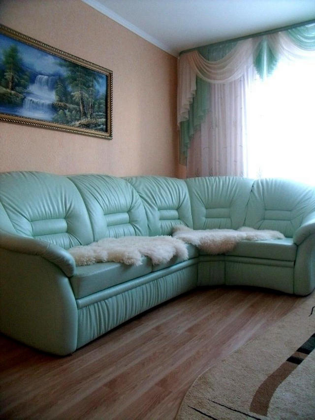 бирбзовый диван из экокожи