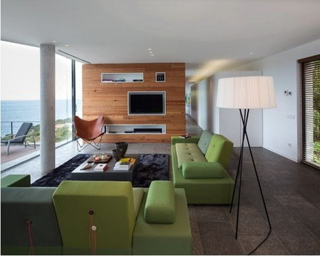 прямой диван зеленого цвета