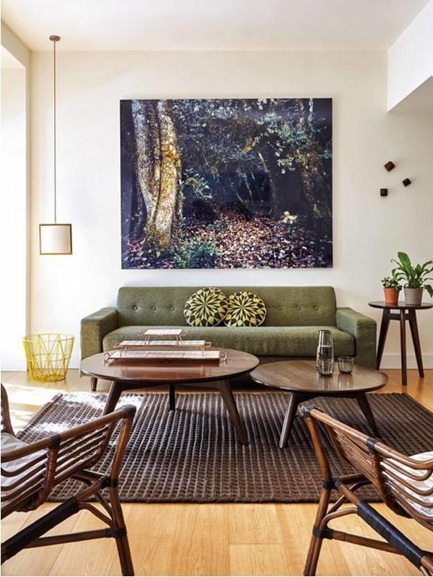 зеленый диван в коричневом интерьере