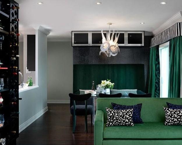 зеленый диван у черной стены