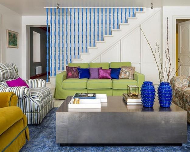 диван зеленого цвета в гостиной