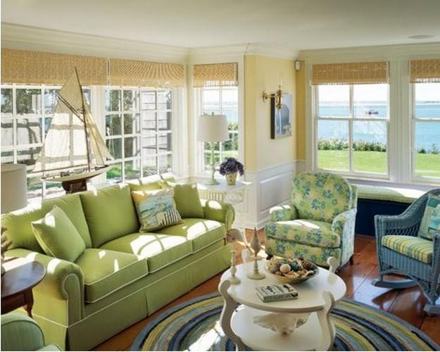 диван зеленого цвета в гостиной в деревенском стилестиле