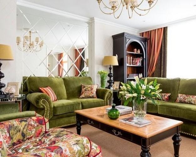 зеленый диван в розовом интерьере