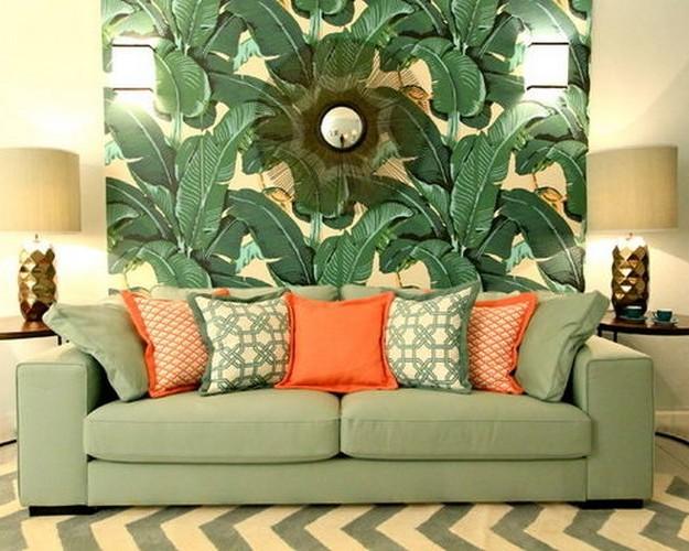 зеленый диван с оранжевыми подушками