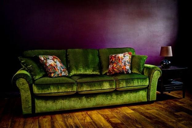 зеленый диван в фиолетовом интерьере