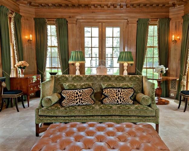зеленый диван в классическом интерьере