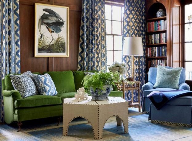 зеленый диван и синее кресло