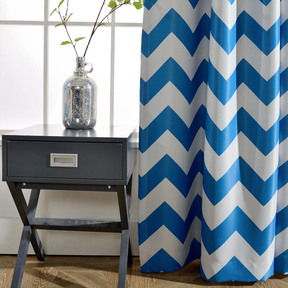 разноцветные шторы с геометрическим рисунком идеально подойдут к синему тюлю